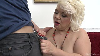Blonde mature amateur granny spreads her legs to get fucked good