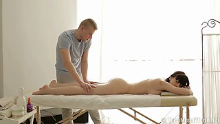 Massage therapist fingers pussy of Serena and she rides him