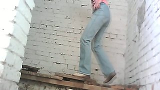 White amateur bitch pulls down her jeans and pisses