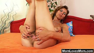 Amateur cougar got skinny body and small tits. She enjoys