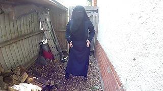 Niqab Slut! Fette Moslemnutte strippt im Hinterhof!