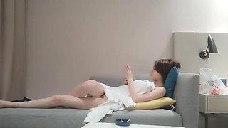 与皮肤白嫩的漂亮短发中国妹子在沙发上激烈做爱 换着各种姿势操 倒立口交爽上天 China