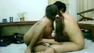 Arab couple makes a sextape on the floor
